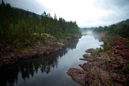 El paisaje de Alvdälen permanece aislado por bosques, lagos y montañas bajas en la frontera con Noruega.